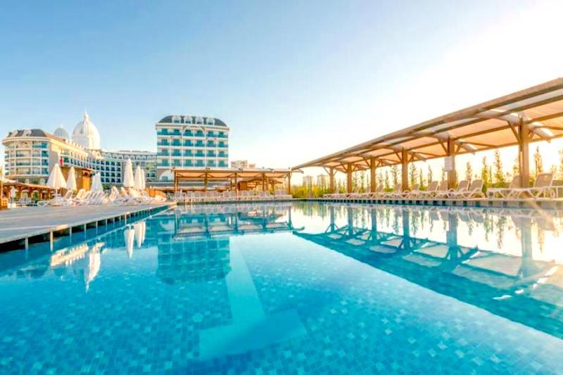 Открытый подогреваемый бассейн в Турции