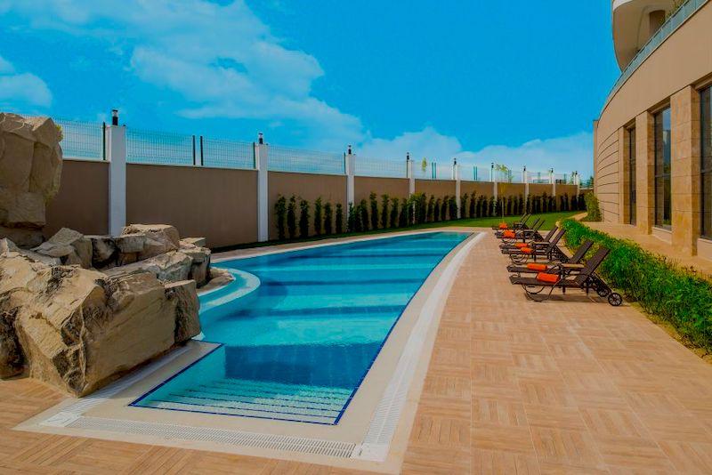 Подогреваемый открытый бассейн в Aska Lara Resort 5*