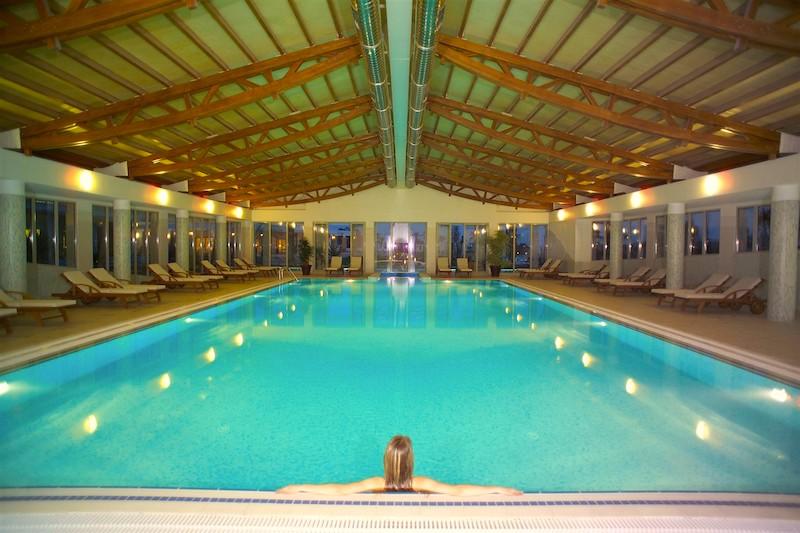 Закрытый подогреваемый бассейн в Турции