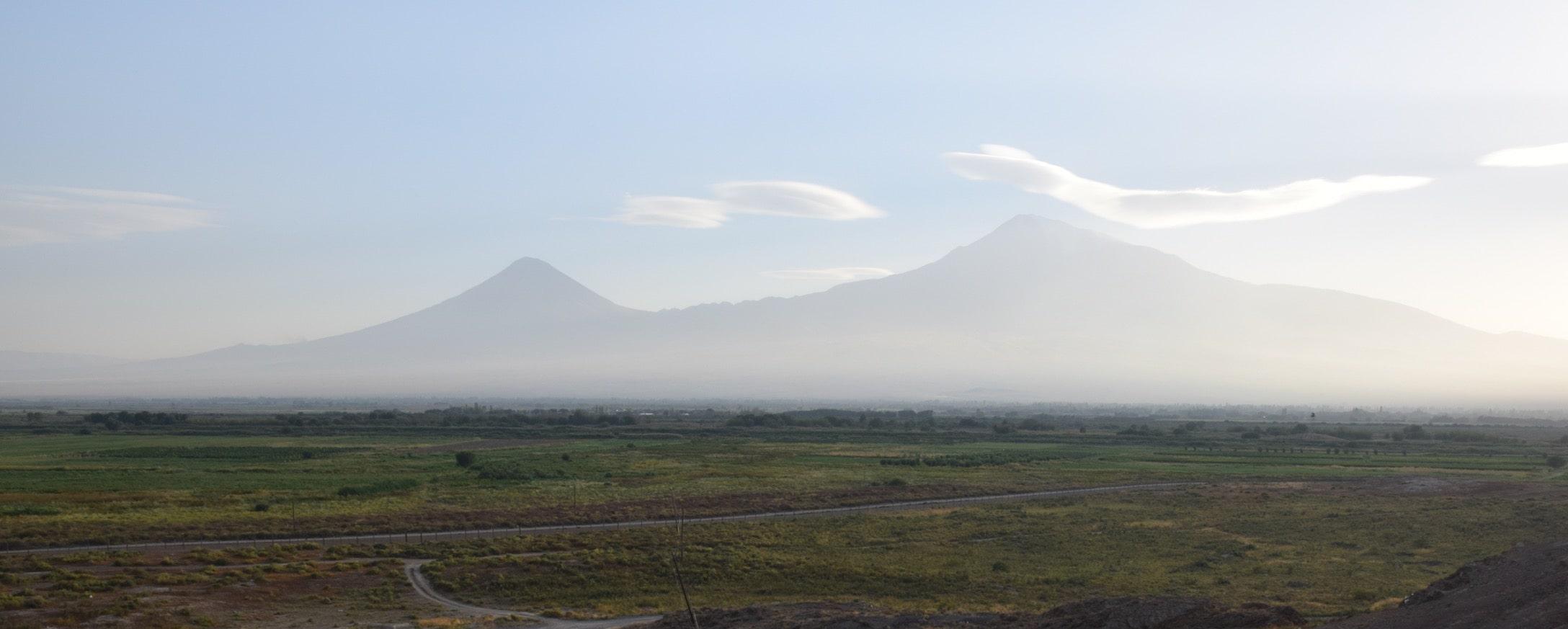 Поездка в Армению. Вид на Арарат с монастыря Хор Вирап - гора в дымке