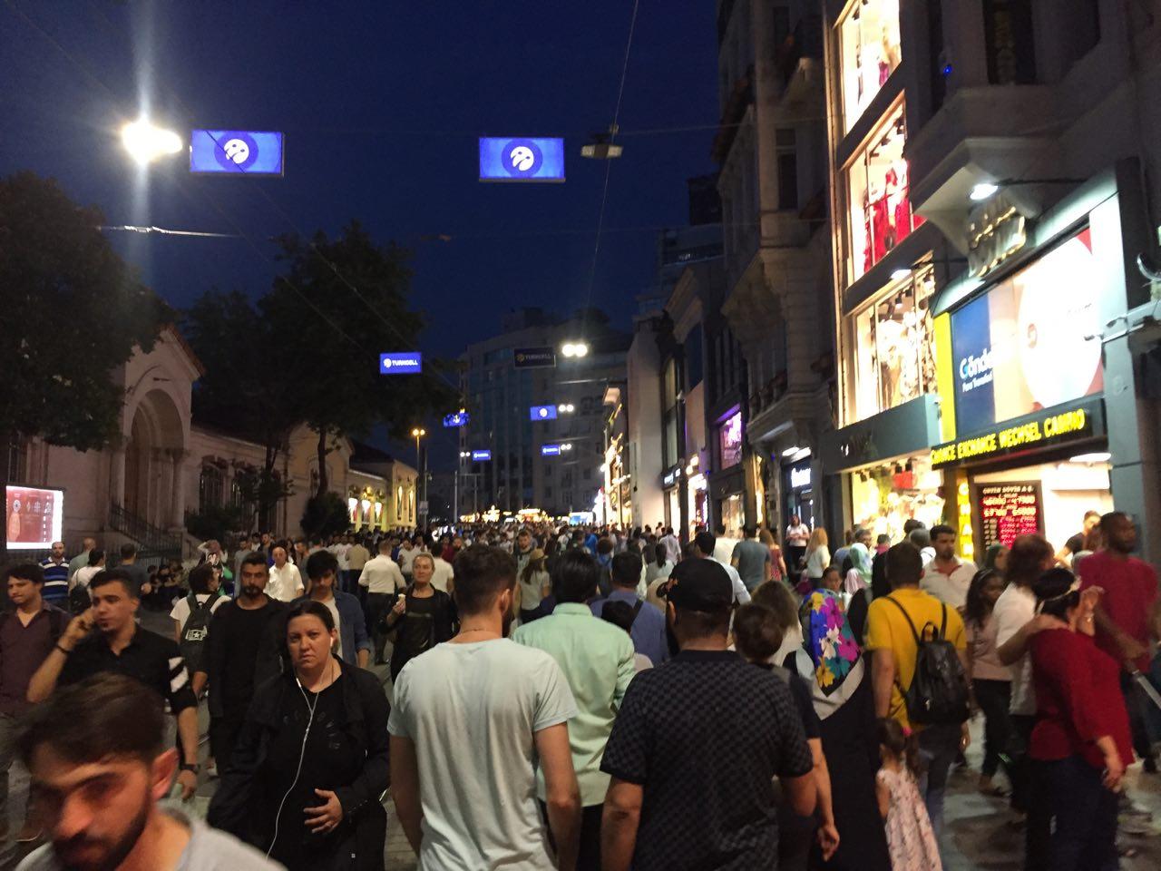 Улица Истикляль во время праздников