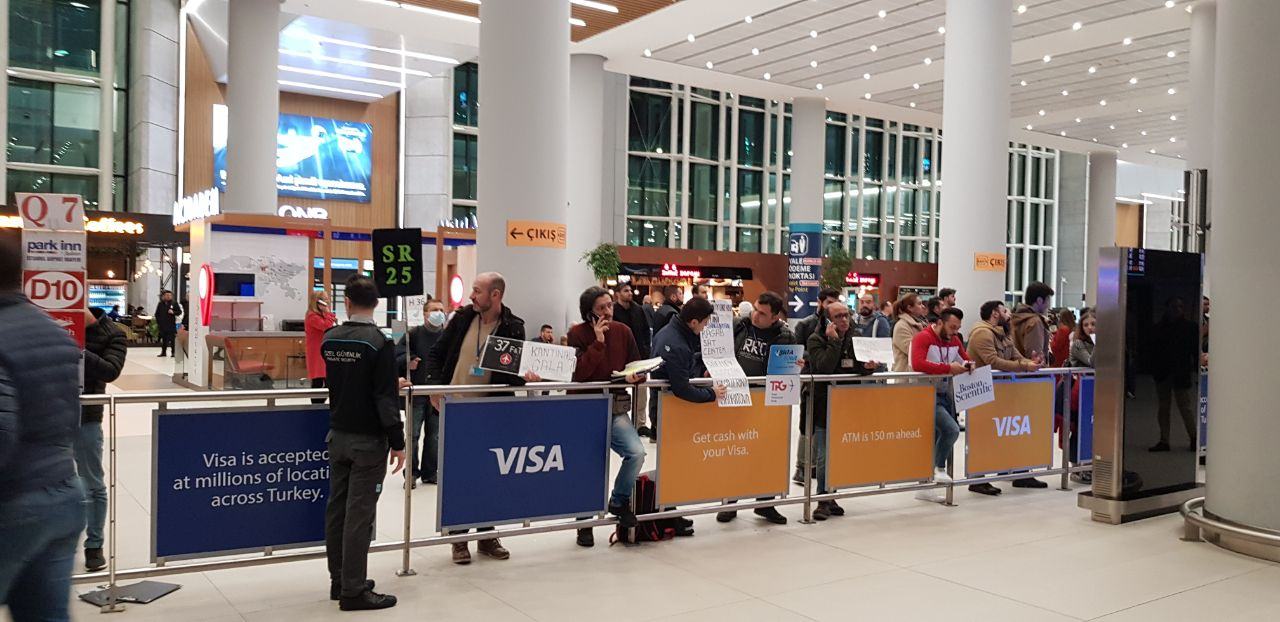 Встречающие в аэропорту Стамбула
